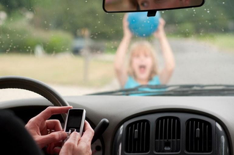 Τεράστιους κινδύνους εγκυμονεί η συγγραφή μηνυμάτων στο κινητό όταν οδηγούμε...
