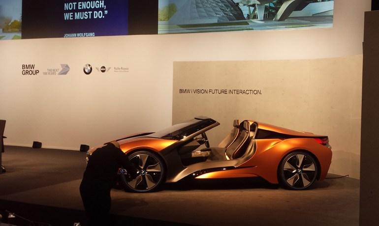 Τα μέλη του Δ.Σ. ποζάρουν δίπλα στο πρωτότυπο i8 roadster