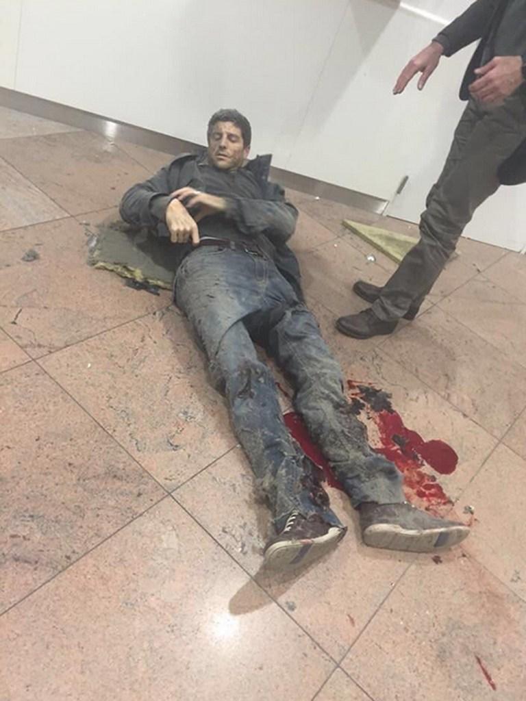 Η βελγική εφημερίδα DH δημοσίευσε μια φωτογραφία που απεικονίζει τους βασικούς δύο υπόπτους στο αεροδρόμιο των Βρυξελλών